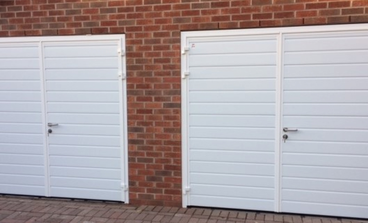 CarTeck GSW 40-L insulated side-hinged doors in standard (small) rib
