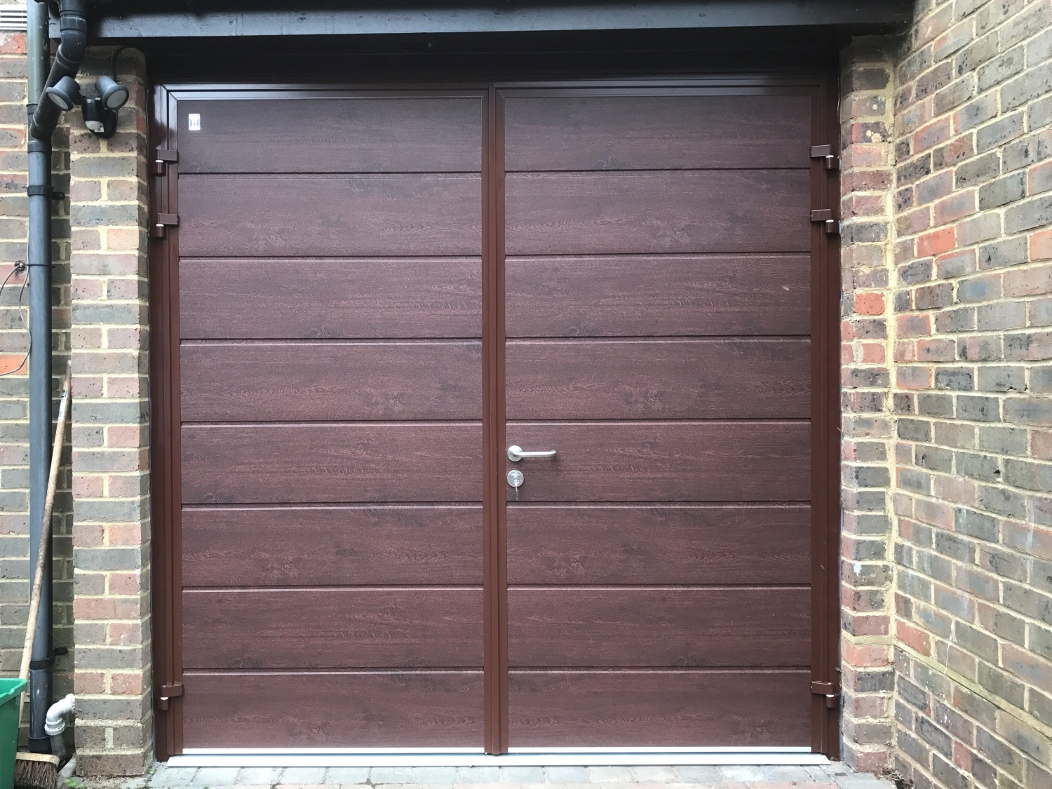 CarTeck GSW 40-L side-hinged doors in centre medium rib in Rosewood finish