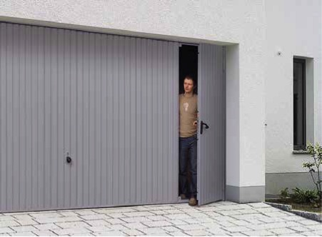 Styles 902 and 905 come with a practical wicket door that provides you with good access to the garage