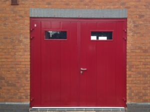 L: CarTeck GSW 40-L insulated side-hinged doors in centre (medium) vertical rib in Flame Red