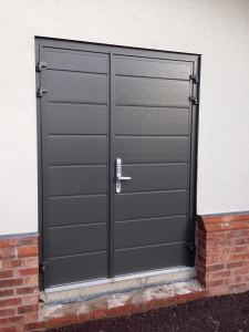 L: CarTeck GSW 40-L insulated side-hinged garage doors 1/3 2/3 split in centre (medium) rib in Anthracite Grey