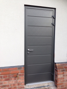M: CarTeck GSW 40-L insulated side-hinged pedestrian door in centre (medium) rib in Anthracite Grey